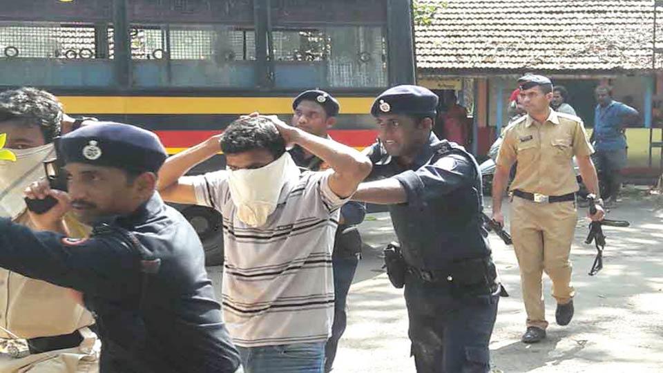 सावंतवाडी : रंगीत तालमीच्यावेळी ताब्यात घेतलेल्या आंतकवाद्यांना गाडीतून नेताना पोलिस.