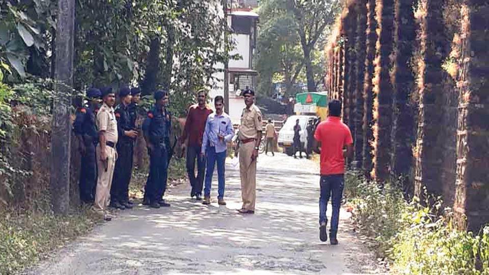 सावंतवाडी : रंगीत तालीम राबविताना येथिल कारागृहाच्या बाहेर अशा प्रकारे पोलिस तैनात करण्यात आले होते.