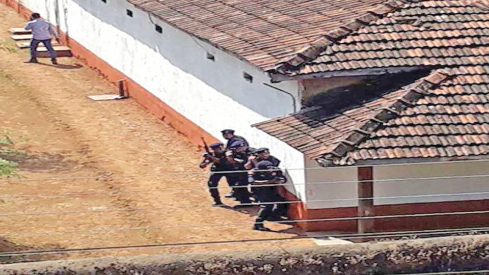 सावंतवाडी : पोलिसांच्या वेशात लपलेल्या आंतकवाद्यांचा शोध घेताना दंगल नियंत्रण पथक.