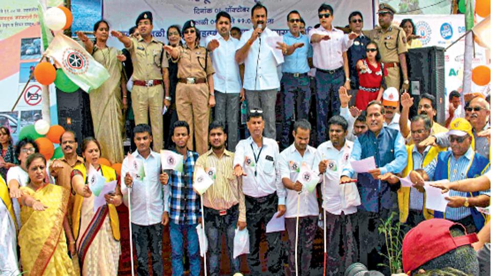 'वाहतूक जनजागृती दिवस' कार्यक्रमात वाहतूक नियम पालन करण्याची शपथ देताना महापौर प्रशांत जगताप. वाहतूक उपायुक्त डॉ. प्रवीण मुंढे, पोलिस आयुक्त रश्मी शुक्ला, विश्वजित कदम, जगताप, कुणाल कुमार, सौरभ राव, सुनील रामानंद. सोबत अंध विद्यार्थी व नागरिक.