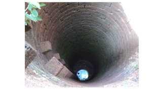 राजापूर - पाण्याअभावी विहिरींचे तळ असे उघडे पडले आहेत.