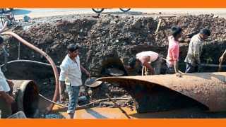 औरंगाबाद - अयोध्यानगरी भागात मंगळवारी पहाटे फुटलेल्या जलवाहिनीच्या दुरुस्तीचे काम करताना कामगार.