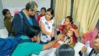 औरंगाबाद - प्लास्टिक सर्जरी झालेल्या रुग्णाची विचारपूस करताना डॉ. राज लाला आणि सहकारी.