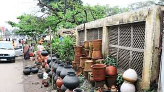 औरंगाबाद - शहराची मुख्य बाजारपेठ असलेल्या औरंगपुरा भागातील फुटपाथ अनेक वर्षांपासून किरकोळ विक्रेत्यांनी असे अडविले आहेत.