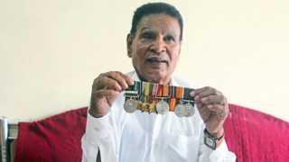 फुरसुंगी - सैन्य दलातील कामगिरीबद्दल मिळालेले पदक दाखविताना भाऊसाहेब ऊर्फ भिकू शेवाळे.