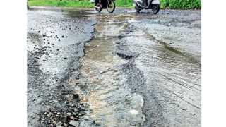 भूकुम - भरतनगर येथे भूगाव रस्त्यावर पडलेल्या खड्ड्यातून वाहणारे पावसाचे पाणी.