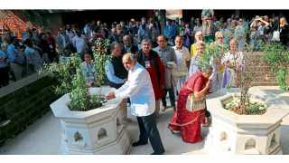 आगाखान पॅलेस - कस्तुरबा गांधी यांच्या समाधीला अभिवादन करताना डॉ. गणेश देवी यांच्यासह विविध देशांतील लेखक.