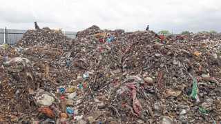 औरंगाबाद - गेल्या पाच महिन्यांपासून कचऱ्यावर प्रक्रिया होत नसल्याने चिकलठाणा येथील कचराडेपोमध्ये साचलेले ढीग.