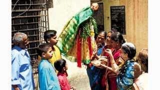 डहाणूकर कॉलनी (कोथरूड) - गुढी चैतन्याची, मांगल्याची अन् आनंदाची...हेच आनंद घरात नांदावे आणि मांगल्याच्या गुढीने आयुष्य उजळावे, ही प्रार्थना हिंदू नववर्ष म्हणजे गुढीपाडव्याच्या निमित्ताने करण्यात आली. पारंपरिक पद्धतीने गुढीची स्थापना करून कुटुंबांनी घरात