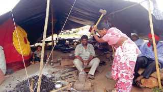 ढोरसांगवी (ता. जळकोट) - येथील एक घिसाडी समाजाचे कुटुंब गेल्या वीस वर्षांपासून पाल टाकून लोखंडाला आकार देण्याचे काम करीत आहेत.