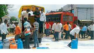 कवठे महांकाळ (सांगली) - आंदोलकांनी बुधवारी शहरातील चौकांमध्ये दूध ओतून दिले.