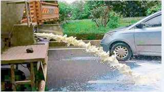"""येवलेवाडी (ता. वाळवा) -येथे """"स्वाभिमानी'च्या कार्यकर्त्यांनी मुंबईला निघालेल्या दुधाच्या टॅंकरमधील दूध रस्त्यावर सोडले."""