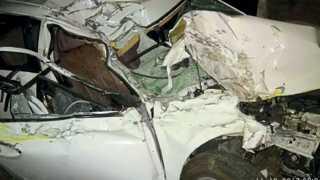 उमरेड - अपघातात चेंदामेंदा झालेली कार.