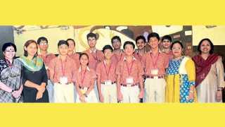 बाणेर - नासा एम्स स्पेस सेटलमेंट स्पर्धेत प्रथम क्रमांक पटकाविलेल्या द ऑर्किड स्कूलच्या विद्यार्थ्यांसह शाळेतील शिक्षिका.
