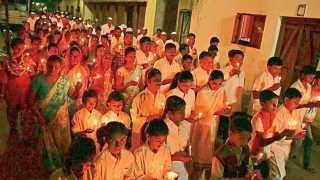राळेगणसिद्धी (ता. पारनेर) - ज्येष्ठ समाजसेवक अण्णा हजारे यांच्या दिल्लीतील आंदोलनाला पाठिंबा देण्यासाठी ग्रामस्थांनी शुक्रवारी रात्री काढलेला कॅंडल मार्च.