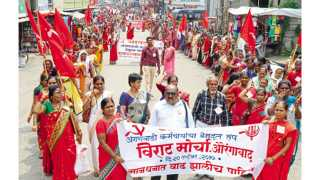 औरंगाबाद - विविध मागण्यांसाठी बुधवारी विभागीय आयुक्तालयावर महाराष्ट्र राज्य अंगणवाडी - बालवाडी युनियनतर्फे काढण्यात आलेला मोर्चा.