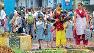 मुंबई - स्कूलबस चालकांचा संप असल्याने शुक्रवारी मुलांना शाळेत सोडणे-आणण्यासाठी पालकांना जावे लागले.
