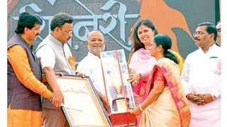 जुन्नर - 'सकाळ'चे बातमीदार दत्ता म्हसकर (डावीकडून तिसरे) यांना 'शिवनेरी भूषण' पुरस्कार प्रदान करताना मान्यवर.