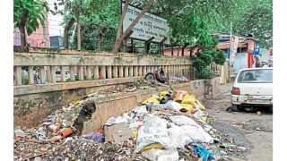 धारावी - रुग्णालयाबाहेर कचऱ्याचे ढीग पडून आहेत.