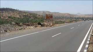 अवसर, पेठ घाट (ता. आंबेगाव) ः खेड ते सिन्नर चौपदरीकरण रस्त्यावर संरक्षक कठडे नसलेला रस्ता.