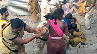 औरंगाबाद - अतिक्रमण हटाव पथकाने शुक्रवारी बारापुल्ला गेट परिसरात अतिक्रमण हटविले. विरोध करणाऱ्या महिलांना पकडून नेताना पोलिस.