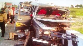 हिंगोली - आंध्र प्रदेशातील अपघातात वाहनाचा चुराडा झाला.
