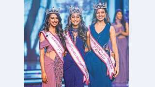 "मुंबई - तमिळनाडूची अनुकृती वास (मध्यभागी) ही यंदाची ""फेमिना मिस इंडिया' ठरली."