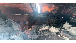 बीड - येथील बाजार समितीच्या गोदामाला लागलेल्या आगीत कापसाच्या गाठींनी घेतलेला पेट.