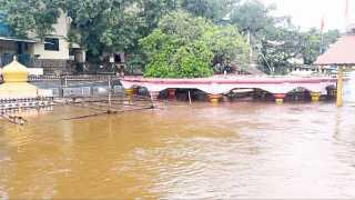नृसिंहवाडी - येथील कृष्णा-पंचगंगा नदीच्या पाणी पात्रात तीन फुटांनी वाढ झाली असून, येथील दत्तमंदिर निम्म्याहून अधिक पाण्याखाली गेले आहे.