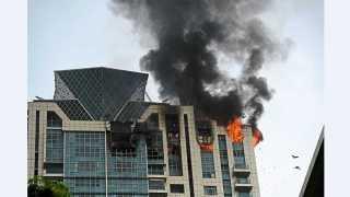 """मुंबई - वरळीतील """"डी मॉंट टॉवर' या उच्चभ्रूंच्या इमारतीच्या 33 व्या मजल्याला बुधवारी भीषण आग लागली."""