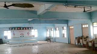 औरंगाबाद - शहागंज येथील गांधी भवनाच्या मुख्य हॉलमध्ये स्लॅबचे प्लॅस्टर असे जागोजागी कोसळले आहे. त्यामुळे या हॉलचा वापर बंद करण्यात आला आहे.