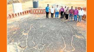 उक्षी (ता. रत्नागिरी) - येथील कातळशिल्पाला महाराष्ट्र राज्य पुरातत्त्व वस्तुसंग्रहालय खात्याचे संचालक तेजस गर्गे यांनी भेट दिली.
