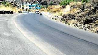 कात्रज घाट - डांबरीकरण करण्यात आल्यानंतर गुळगुळीत बनलेला रस्ता.