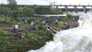 खडकवासला - धरणातून पाणी सोडले असतानाही नदीपात्रात उतरलेले पर्यटक.