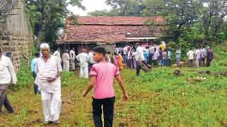 चोरमारवाडी - बिबट्या शिरलेल्या घरासमोर झालेली ग्रामस्थांची गर्दी.
