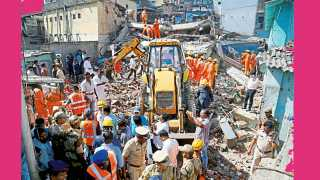 भिवंडी -येथील नवीवस्ती परिसरात शुक्रवारी सकाळी कोसळलेल्या चार मजली इमारतीचा ढिगारा.