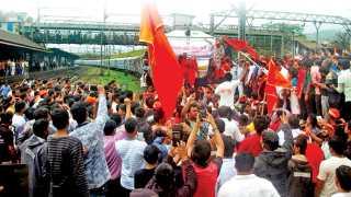 मळवली - मराठा आरक्षणासाठी पुकारण्यात आलेल्या 'महाराष्ट्र बंद'दरम्यान गुरुवारी कोइमतूर-कुर्ला एक्स्प्रेस रोखण्यात आली.