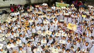 सुभेदार ले-आउट - येथील गजानन विद्यालयात सकाळ-एनआयईतर्फे शनिवारी आयोजित इको फ्रेण्डली गणेश कार्यशाळेत तयार केलेल्या गणेशमूर्ती दाखविताना विद्यार्थी.