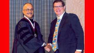 सॅन डिएगो, अमेरिका - डॉ. परेश काळे यांना 'डिप्लोमेट' प्रमाणपत्र देऊन गौरविताना 'अमेरिकन बोर्ड ऑफ ओरल इम्प्लांटॉलॉजी'चे अध्यक्ष आर्थर मोझलान.