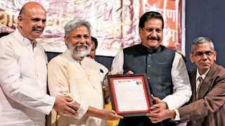 टिळक स्मारक मंदिर - डॉ. राजेंद्र सिंह यांना राष्ट्रीय चारित्र्य पुरस्कार प्रदान करताना पृथ्वीराज चव्हाण. या वेळी राजेंद्र धारिया आणि सुरेश मेहता.