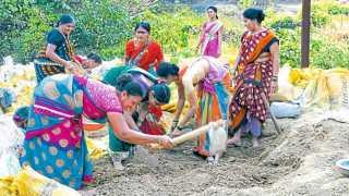 सिद्धेश्वर गावातील महिलांनी श्रमदानातून बांधलेला बंधारा.