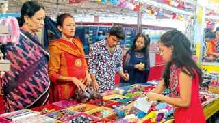 सिंचननगर, रेंजहिल्स - सकाळ शॉपिंग फेस्टिव्हलमध्ये विविध वस्तूंची खरेदी करताना महिला.