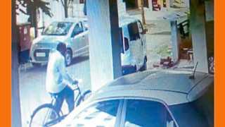 आगाशिवनगर - येथील कॉम्प्लेक्समध्ये चोरीसाठी सायकलवरून आलेला शेख बाबू शेख. तेथील सीसीटीव्ही कॅमेऱ्यात तो कैद  झाला आहे.