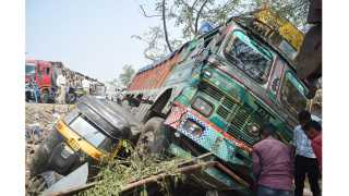 Jalgaon News Truck Car Accident Teacher Dies