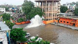 हंसापुरी - फुटलेल्या जलवाहिनीतून उडणारा पाण्याचा फवारा. त्यामुळे परिसरात साचलेले तळे.