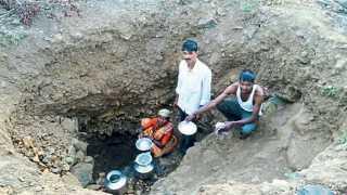 नाणेघाट (ता. जुन्नर) - परिसरात सध्या तीव्र पाणीटंचाई जाणवत आहे. डवऱ्यातून पाणी जमा करण्यात गुंतलेले कुटुंब.