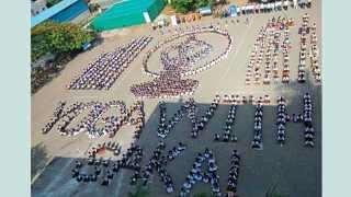 बारामती - छत्रपती शाहू हायस्कूलमध्ये 'योगा वुईथ सकाळ' उपक्रमात सहभागी असलेले विद्यार्थी.