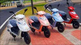 केडगाव (ता. दौंड, जि. पुणे) येथील ई-बाईक शोरुमपुढे उभ्या असलेल्या विविध मॉडेल्समधील या ई-बाईक.