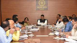 मुंबई ः मंत्रालयात झालेल्या एनएमआरडीएच्या बैठकीत अधिकाऱ्यांना निर्देश देताना मुख्यमंत्री देवेंद्र फडणवीस. शेजारी महापौर नंदा जिचकार, पालकमंत्री चंद्रशेखर बावनकुळे व आमदार.