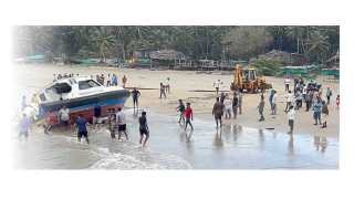 मालवण ः बंदर जेटीनजीकच्या समुद्रात बुडालेली पोलिसांची गस्तीनौका किनाऱ्यावर आणताना मच्छीमार.